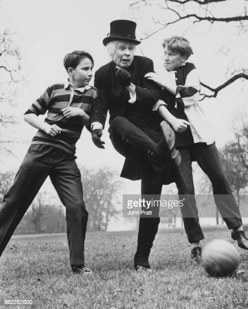 Scottish actor and comedian Stanley Baxter filming a scene for the comedy 'Crooks Anonymous' in Hyde Park London with young actors Dennis Waterman...