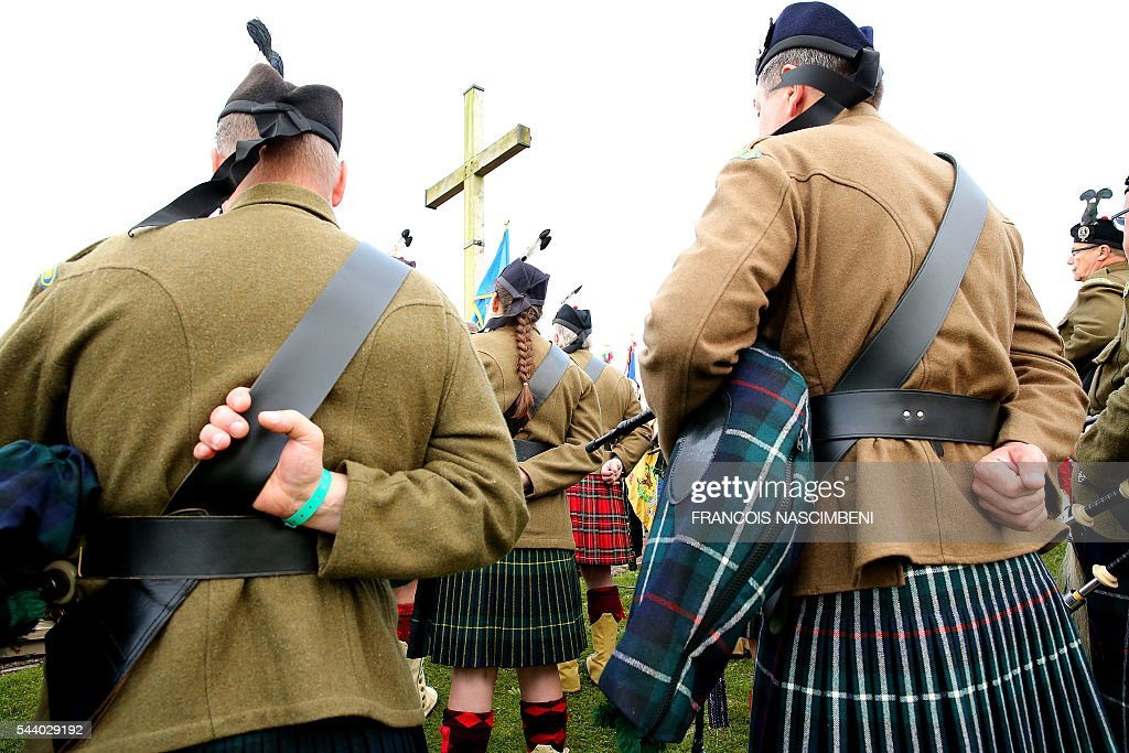 Scottish bagpipers gather near the Lochnagar Crater, a mine crater created after an English mine exploded, marking the launch of the British offensive against the German lines, at Ovillers-la-Boisselle on July 1, 2016 during a ceremony to commemorate the centenary of the battle of the Somme, one of the deadliest of the World War I (1.2 million killed, missing and wounded in five months). / AFP / FRANCOIS