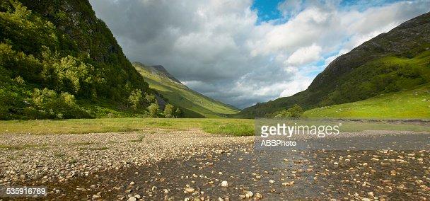 Scottish Paisagem com montanhas e o vale, Rio : Foto de stock