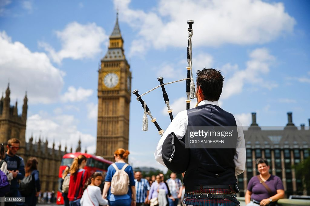 A Scottish piper plays for tourists in front of the Queen Elizabeth Tower (Big Ben) and The Houses of Parliament in central London on June 26, 2016. Britain's opposition Labour party plunged into turmoil Sunday and the prospect of Scottish independence drew closer, ahead of a showdown with EU leaders over the country's seismic vote to leave the bloc. Two days after Prime Minister David Cameron resigned over his failure to keep Britain in the European Union, Labour leader Jeremy Corbyn faced a revolt by his lawmakers who called for him, too, to quit. / AFP / Odd ANDERSEN