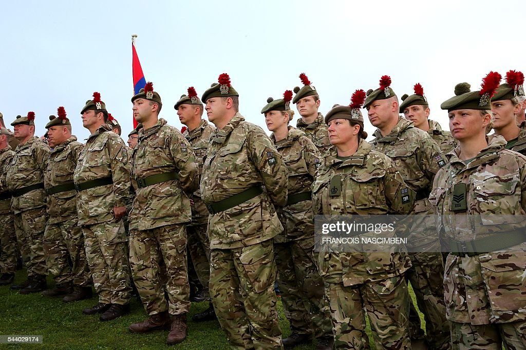Scottish soldiers stand near the Lochnagar Crater, a mine crater created after an Britishmine exploded, marking the launch of the British offensive against the German lines, at Ovillers-la-Boisselle on July 1, 2016 during a ceremony to commemorate the centenary of the battle of the Somme, one of the deadliest of the World War I (1.2 million killed, missing and wounded in five months). / AFP / FRANCOIS