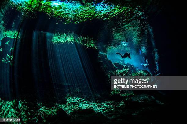 Cénotes de sous-marine de plongeur sous-marin