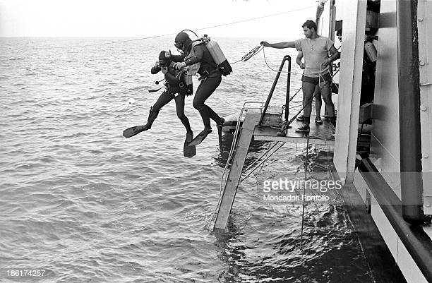 Scuba divers of the Varignano raiders department diving into the water from the pontoon of the submarine rescue ship Anteo After fortytwo years the...