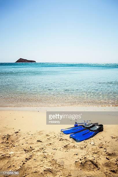 Masque de plongée sous-marine et des palmes sur la plage de sable