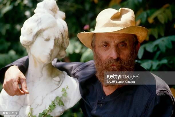 Sculptor Cesar At Home In RoquefortLesPins RoquefortlesPins juillet 1987 le sculpteur CESAR chez lui dans sa maison près de Grasse plan de face...
