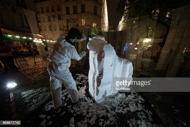 A sculptor during the White Night 2017 in Paris on october 7 2017 Each first Saturday in October this event invites to see the city in a different...