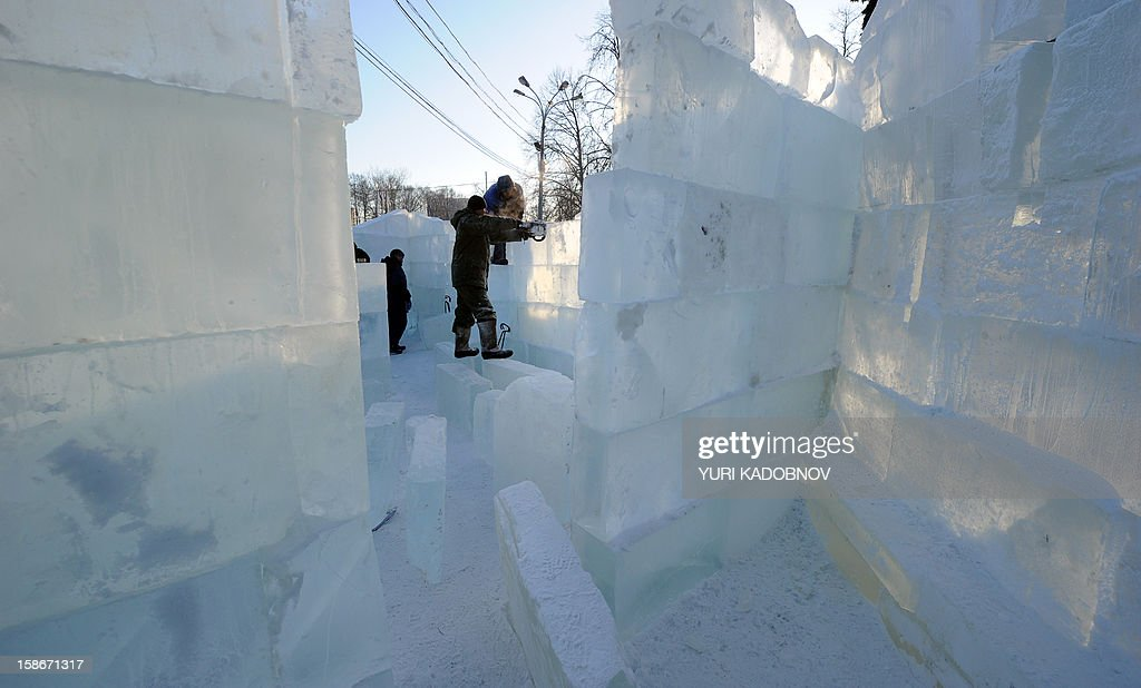 Sculptors build a wall of the ice fortress in a park in central Moscow on December 23, 2012. A cold wave of weather hit this week the Russian capital. The temperatures in Moscow reached today to - 20C. AFP PHOTO / YURI KADOBNOV