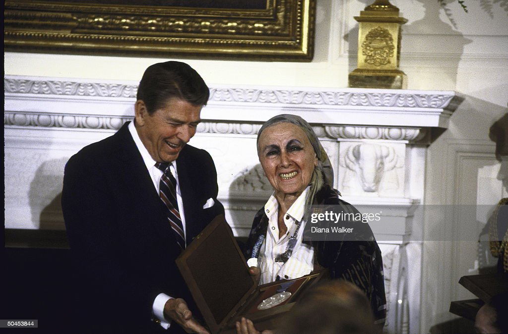 Sculptress Louise Nevelson being presented with National Medal of Arts by Pres Ronald W Reagan