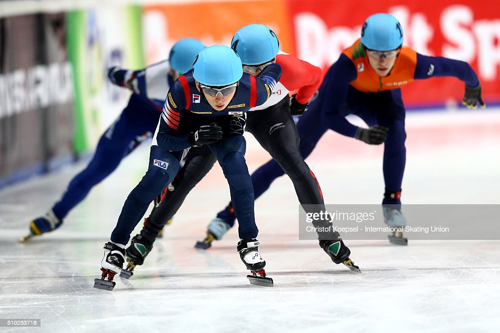 Se Yeong Park of Korea skates during the men 5000m relay final A during Day 3 of ISU Short Track World Cup at Sportboulevard on February 14, 2016 in Dordrecht, Netherlands.