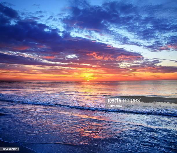 海とビーチの夕暮れ