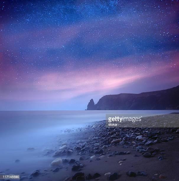 Meer in der Nacht unter Milchstraße Sternen