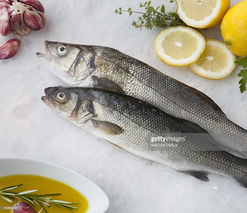 'Sea bass with lemon, olive oil and herbs' : Stock Photo