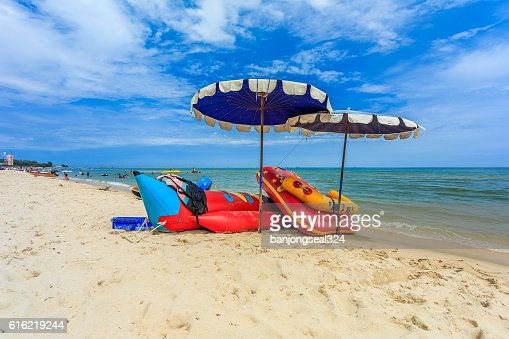 Sea beach with blue sky in Thailand. : Bildbanksbilder