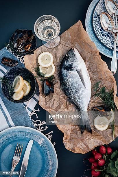 Pargo pescado Arreglo de los alimentos desde arriba