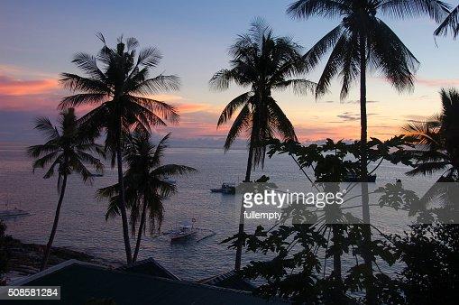 Sea sunset view on Apo island, Philippines : Bildbanksbilder