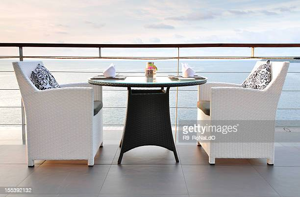 Vista al mar, mesa de comedor para dos al atardecer