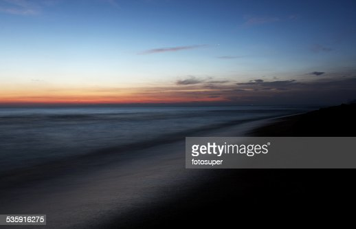 Onda do mar praia de areia, pedras e Exposição Longa : Foto de stock