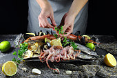 девушка готовит блюдо из морепродуктов