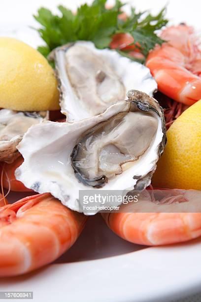 Plateau de fruits de mer avec des huîtres et des crevettes