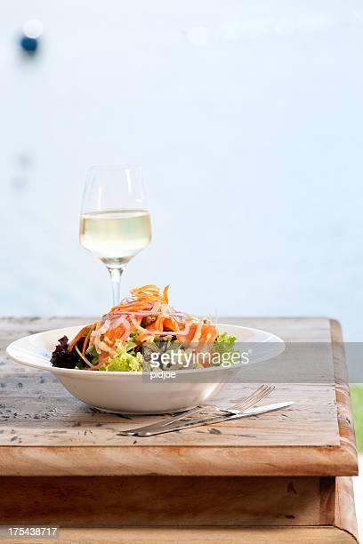 Meeresfrüchte-Salat mit geräuchertem Lachs auf lollo bionda