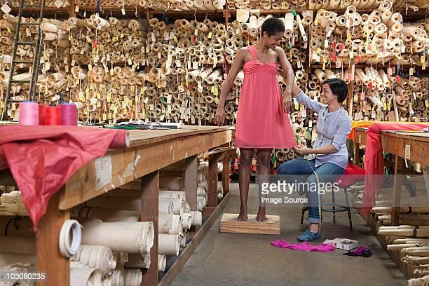 Seamstress ajustar Vestido no modelo