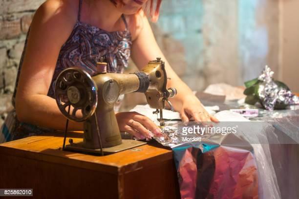Schneiderin schafft Kostüm aus sekundären Rohstoffen