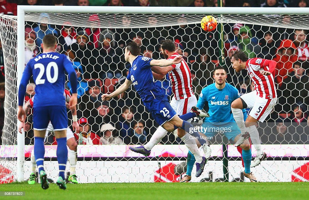 Seamus Coleman (2nd L) of Everton heads the ball to score his team's second goal during the Barclays Premier League match between Stoke City and Everton at Britannia Stadium on February 6, 2016 in Stoke on Trentl, England.