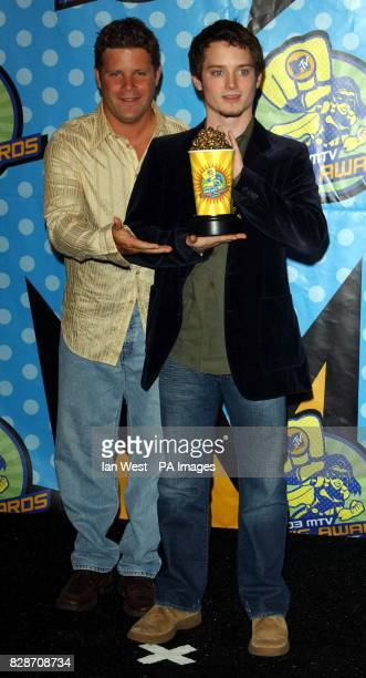 Sean Astin and Elijah Wood with the Award for Best On Screen Team and Gollum for The Lord of the Rings The Two Towers during the MTV Movie Awards at...