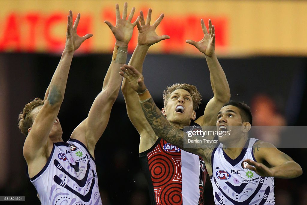 Sean Dempster of the Saints compets with Matt Taberner and Michael Walters of the Dockers during the round 10 AFL match between the St Kilda Saints and the Fremantle Dockers at Etihad Stadium on May 28, 2016 in Melbourne, Australia.