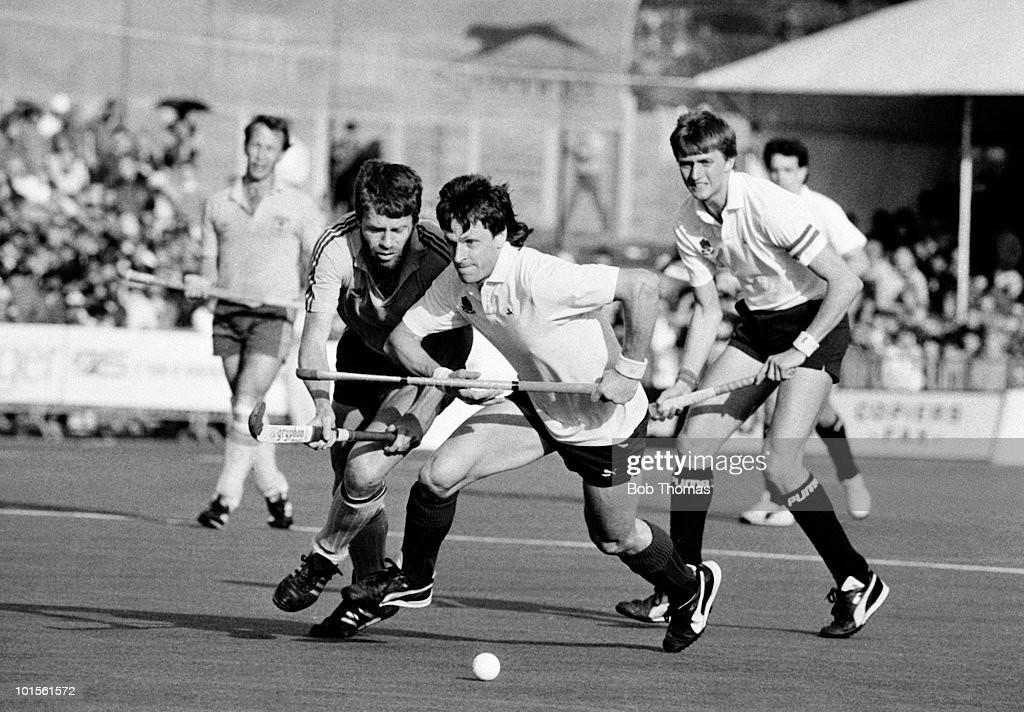 Sean Kerly of England in action against Australia during the 6th FIH World Hockey Cup for Men Final held at Willesden, England on 19th October 1986. Australia beat England 3-2. (Bob Thomas/Getty Images).