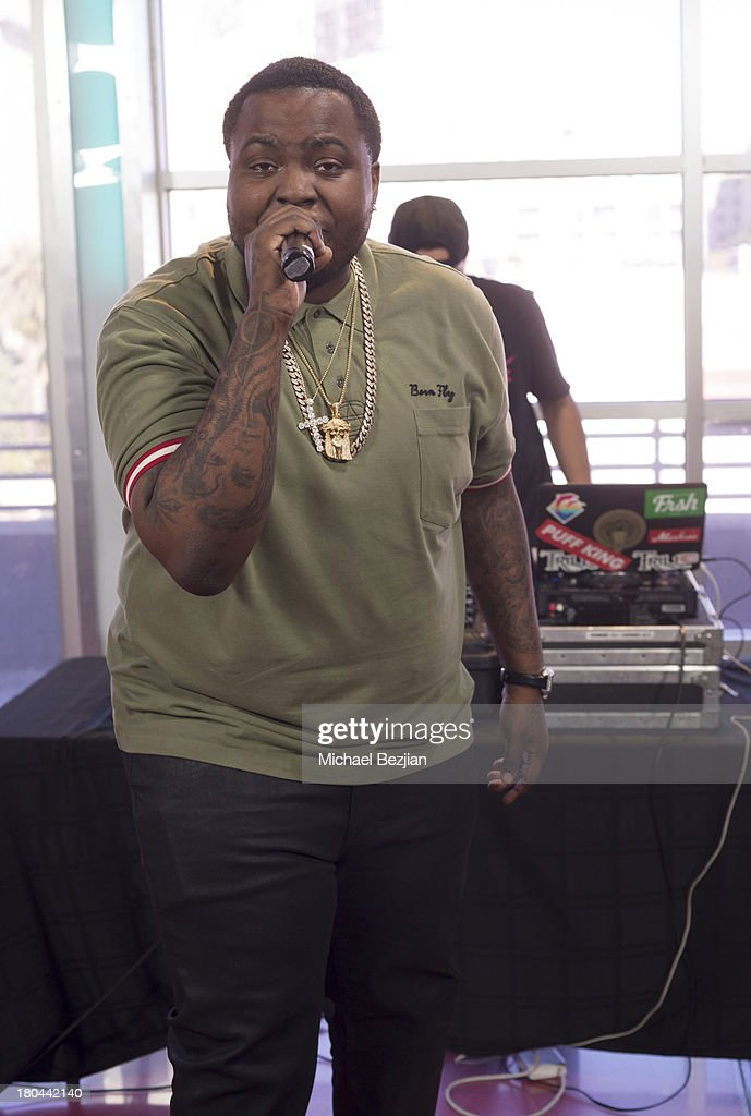Sean Kingston performs at Sean Kingston and Terry Crews Visits 'What's Trending' on September 12 2013 in Hollywood California