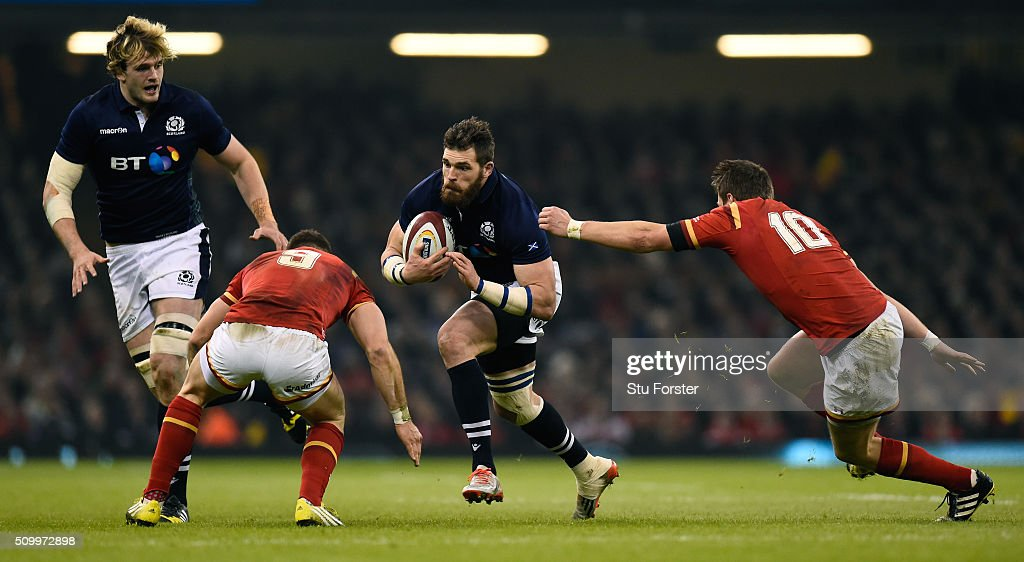 <a gi-track='captionPersonalityLinkClicked' href=/galleries/search?phrase=Sean+Lamont&family=editorial&specificpeople=241325 ng-click='$event.stopPropagation()'>Sean Lamont</a> of Scotland is challenged by Gareth Davies and <a gi-track='captionPersonalityLinkClicked' href=/galleries/search?phrase=Dan+Biggar&family=editorial&specificpeople=5607224 ng-click='$event.stopPropagation()'>Dan Biggar</a> of Wales during the RBS Six Nations match between Wales and Scotland at the Principality Stadium on February 13, 2016 in Cardiff, Wales.