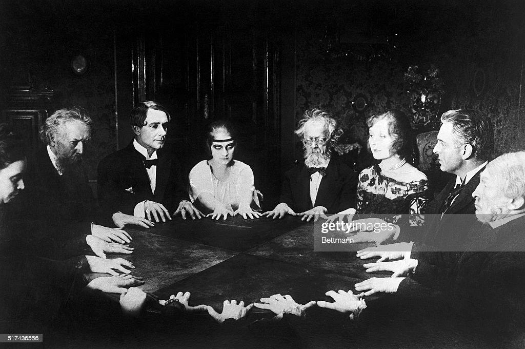 Séance-Szene aus Fritz Langs Stummfilm