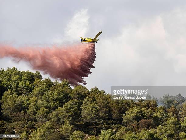 Seaplane discharging water with fire retardant