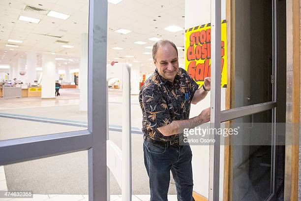 TORONTO ON FEBRUARY 23 Sears in the Eaton Centre store manager David Boone locks up the north entrance doors Photographs showing the Sears store...