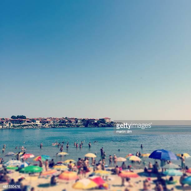 resort am Meer mit Menschen am Strand