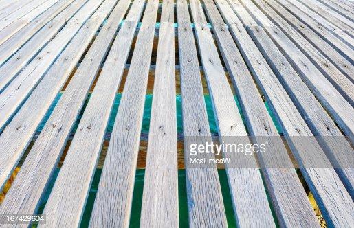 Ammodramus Ponte de madeira com fundo de mar : Foto de stock