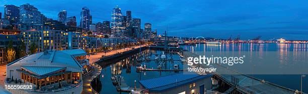 Centre-ville de Seattle en front de mer éclairée au crépuscule