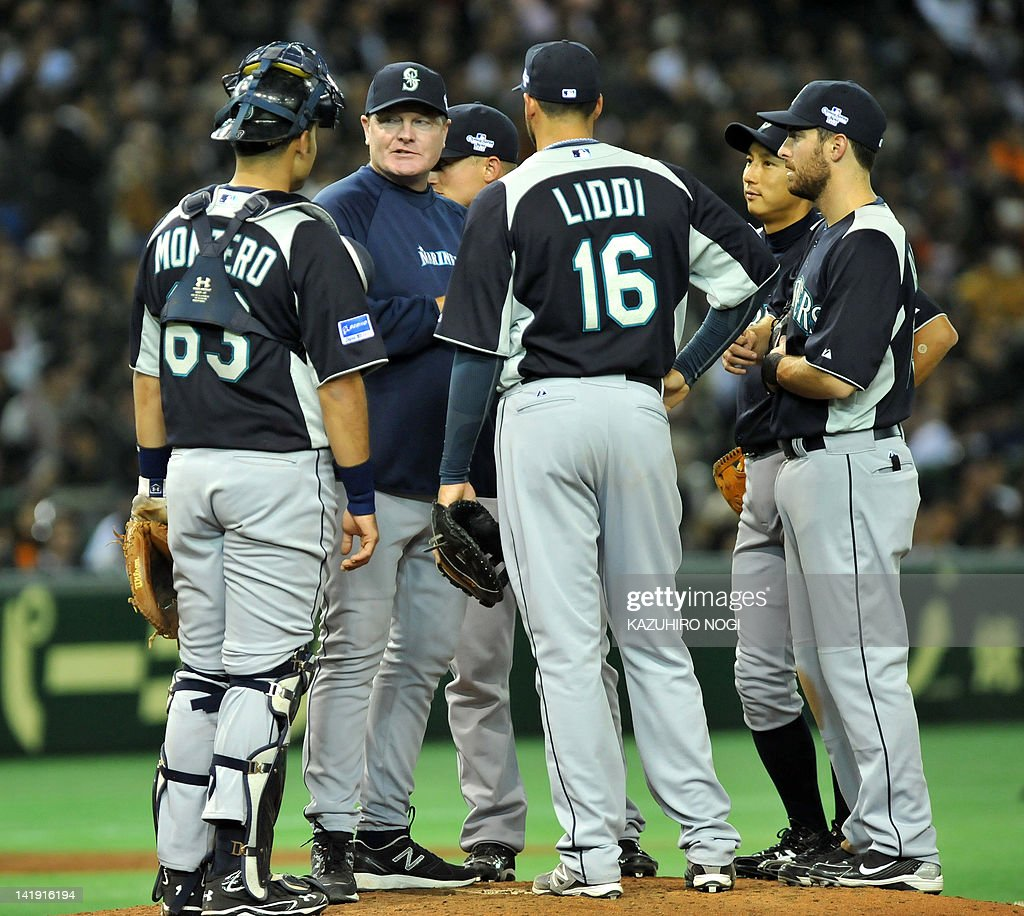 Seattle Mariners manager Eric Wedge (2nd L) chats with players during their exhibition game against Japan's Yomiuri Giants in Tokyo on March 26, 2012. Giants won the match 9-3. The Seattle Mariners and Oakland Athletics are here ahead of the opening two-game series of the 2012 major league season, March 28-29.