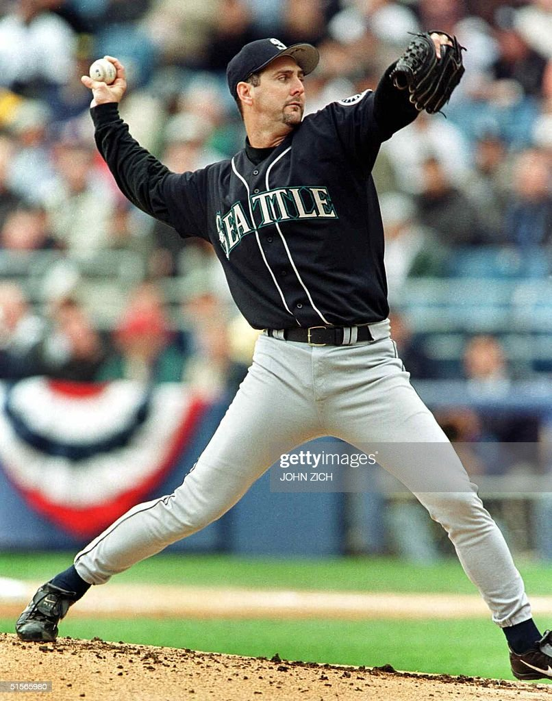 Seattle Mariners starter Paul Abbott pitches against the Chicago White Sox 04 October 2000 in the second game of their American League division...
