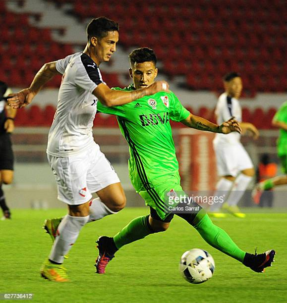 Sebastian Driussi of River Plate fights for the ball during a match between Independiente and River Plate as part of Torneo Primera Division 2016/17...