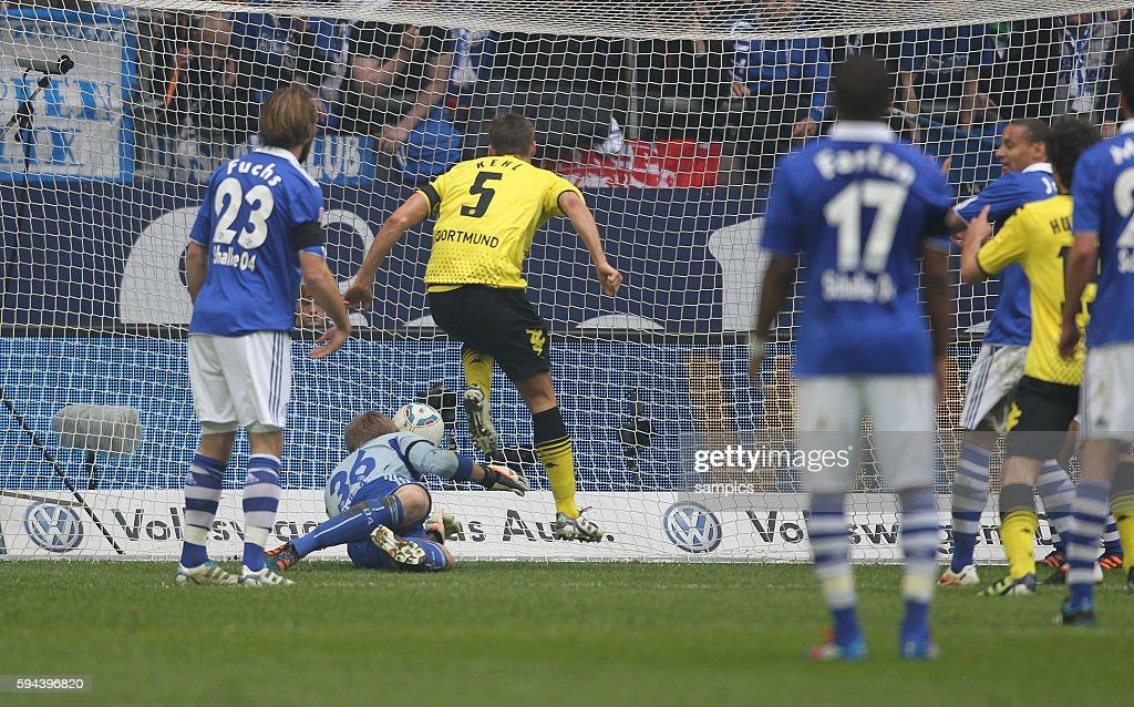 Sebastian Kehl Borussia Dortmund erzielt das Tor zum 12 gegen Lars Unnerstall Fussball 1 Bundesliga FC Schalke 04 Borussia Dortmund Saiosn 2011 / 2012