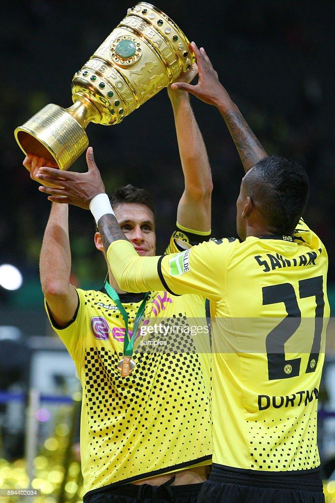 Sebastian Kehl Borussia Dortmund mit Pokal mit Santana Pokalsieger und deutscher Meister Borussia Dortmund 2012 double Gewinner DFB Pokal Finale 2012...