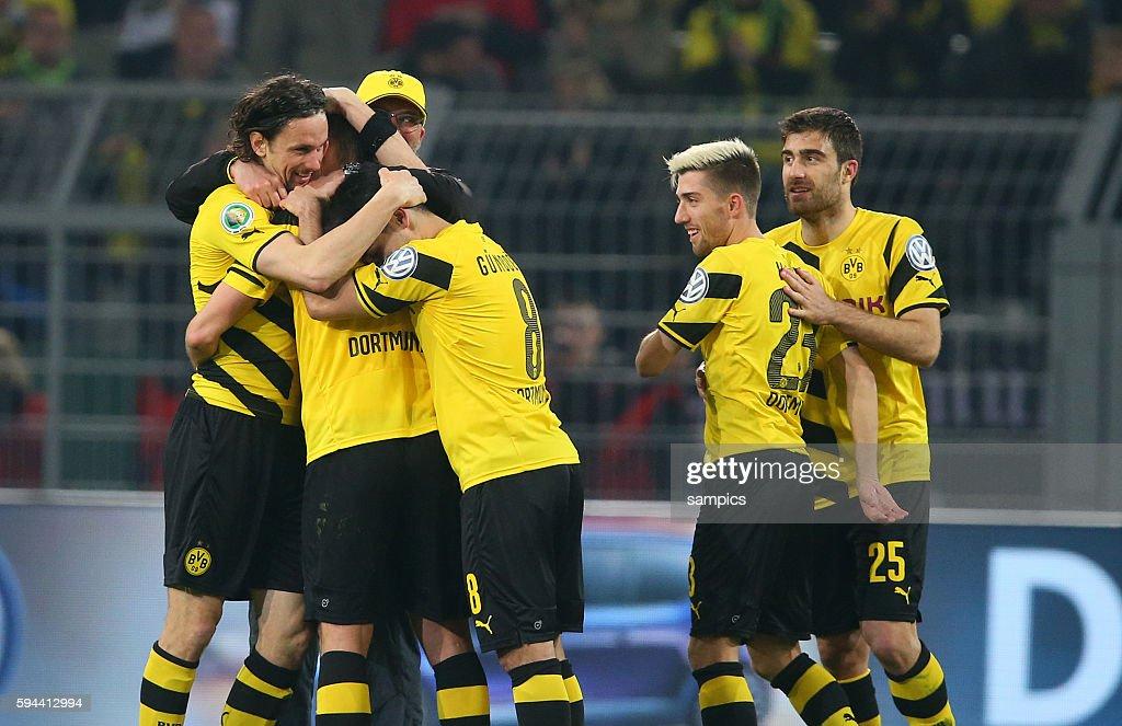 Sebastian Kehl mit Neven Subotic Jürgen Klopp Trainer Borussia Dortmund Kevin Kampl Sokratis Papastathopoulos k Fussball DFB Pokal Viertelfinale BVB...