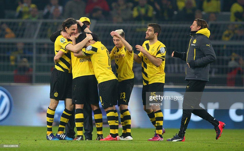 Sebastian Kehl mit Neven Subotic Kevin Kampl Sokratis Papastathopoulos Borussia Dortmund Roman Weidenfeller i Fussball DFB Pokal Viertelfinale BVB...