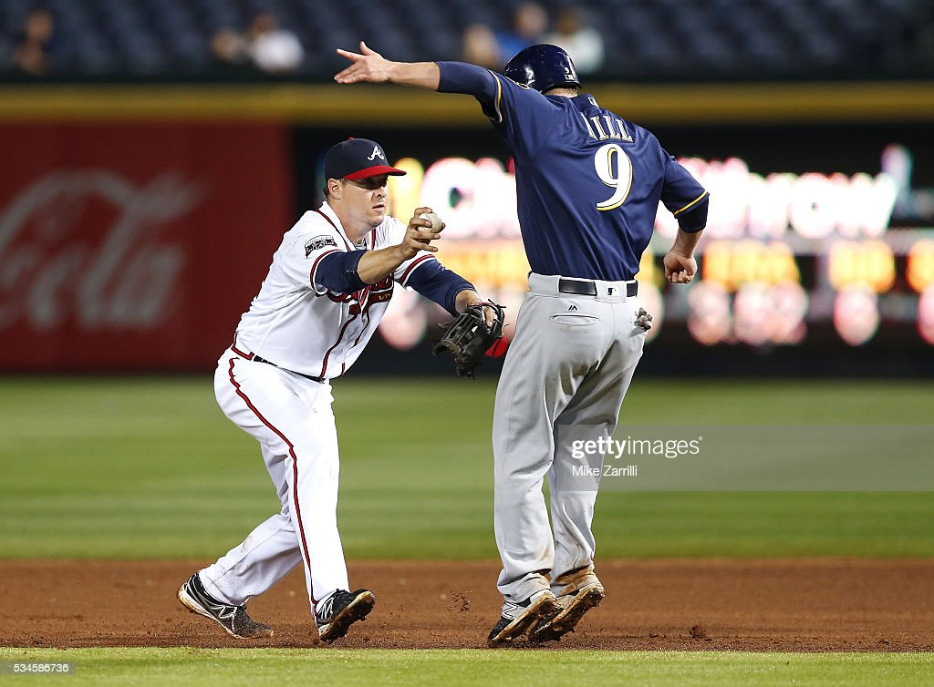Second baseman <a gi-track='captionPersonalityLinkClicked' href=/galleries/search?phrase=Kelly+Johnson+-+Baseball+Player&family=editorial&specificpeople=4520789 ng-click='$event.stopPropagation()'>Kelly Johnson</a> #24 of the Atlanta Braves tags out third baseman <a gi-track='captionPersonalityLinkClicked' href=/galleries/search?phrase=Aaron+Hill+-+Baseball+Player&family=editorial&specificpeople=239242 ng-click='$event.stopPropagation()'>Aaron Hill</a> #9 of the Milwaukee Brewers during the game at Turner Field on May 26, 2016 in Atlanta, Georgia.