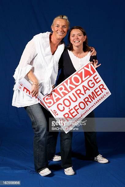 Of Presidential Elections Sarkozy Generation Photo studio Anne 39a agent immobilier et Anne 34 ans avocate posant avec une affiche 'Sarkozy le...