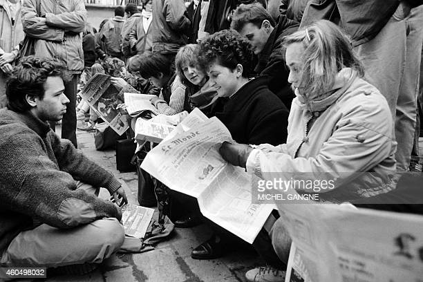 Secondary school students and student read the newspapers Le Monde on the steps of the university of Jussieu on December 5 1986 during the...