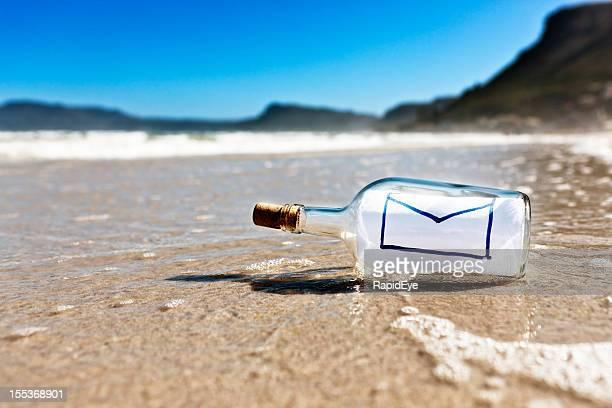 Secret message dans une bouteille sur la plage déserte