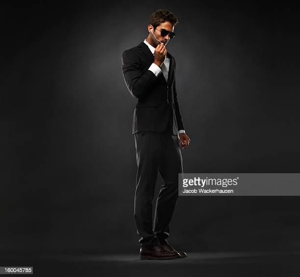 Secret service-agent hat ein Gespräch auf Kopfhörer